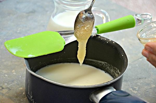 Ammollate la gelatina in acqua fredda per cinque minuti. Scaldate il latte con il miele,  aggiungete la gelatina ben strizzata e mescolate per scioglierla bene