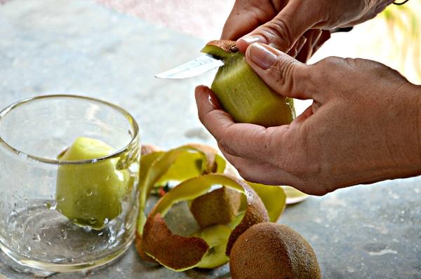 Sbucciate il kiwi e tagliatelo a cubetti