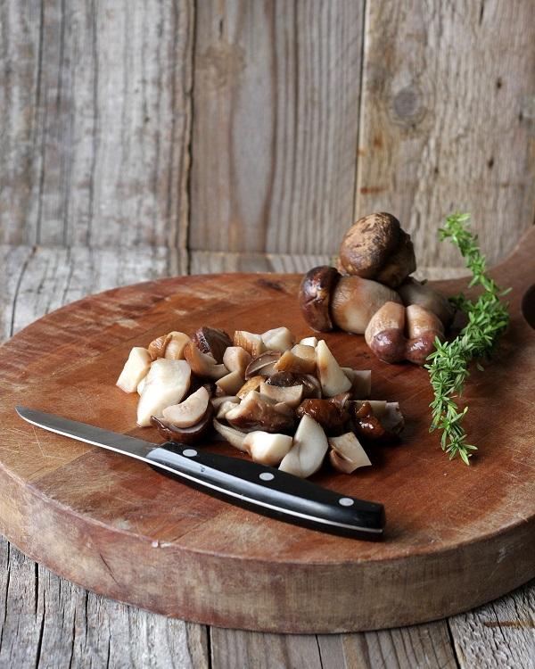 Pulite i funghi e sminuzzateli