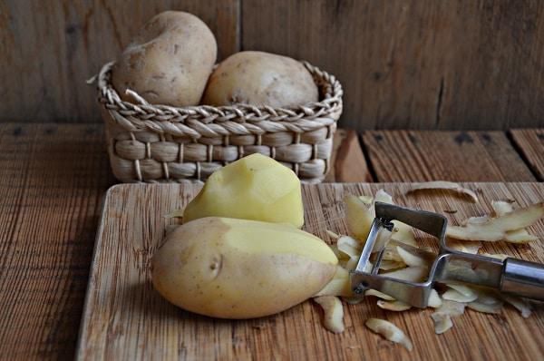 Pelate le patate e cuocetele in acqua fredda sino a cottura, schiacciatele con uno schiaccia patate e mescolate con lVallé omega3, salate e pepate