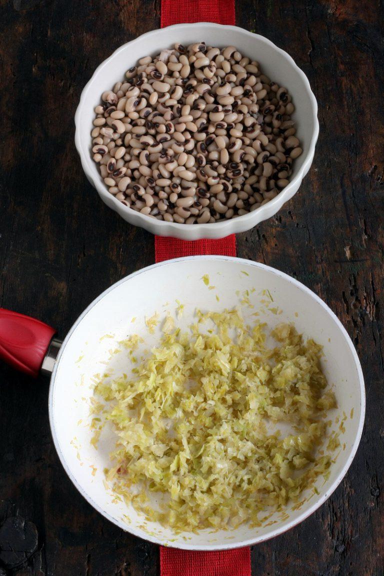In una padella con abbondante acqua mettete i fagioli e portateli a bollitura, abbassate la fiamma e lasciateli cuocere per 30 minuti circa. Nel mentre saltate in padella la cipolla con il porro. Scolate i fagioli tenendo 400 ml di acqua con cui li frullerete, aggiungete il soffritto e mixate ancora, regolate di sale e aggiungete il pizzico di peperoncino.