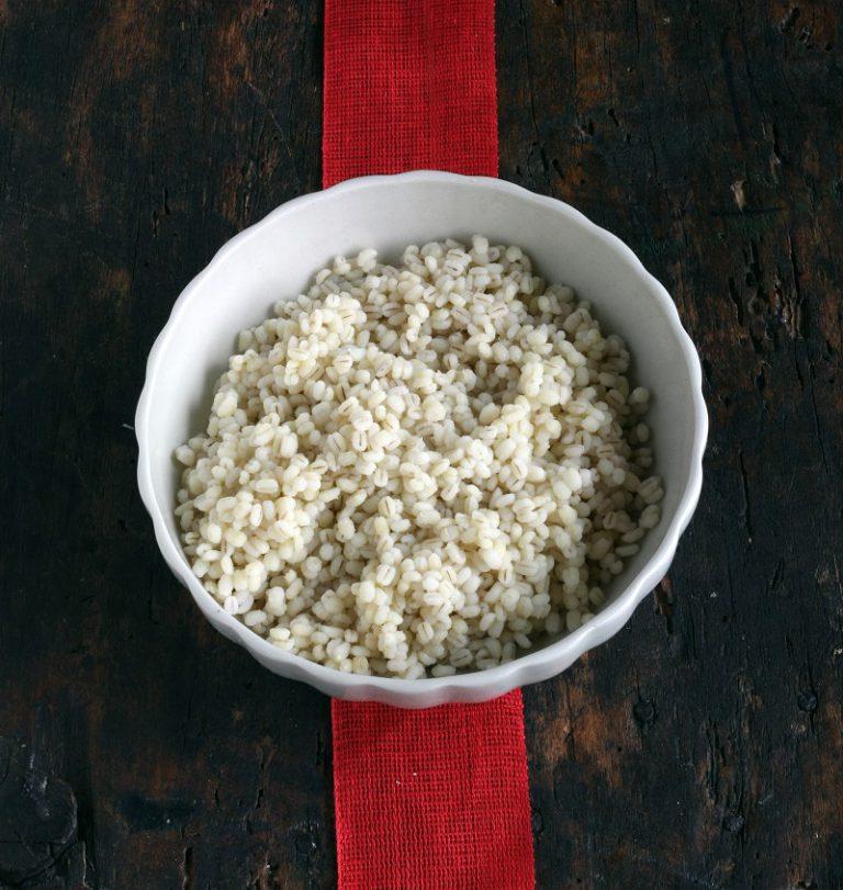 A parte bollite in acqua salata il farro per il tempo indicato sulla confezione ed unitelo alla crema di  fagioli.