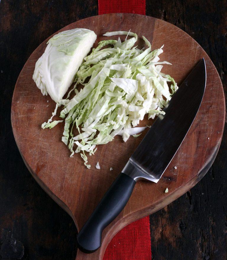 Tagliate la verza sottilmente e saltatela in padella per cinque minuti al massimo.