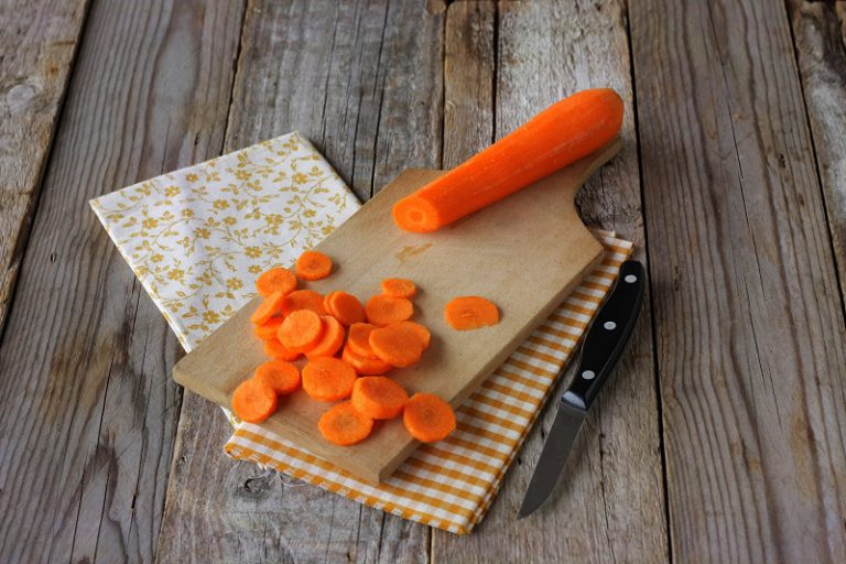 Tagliate le carote e le patate a rondelle ed aggiungetele alla cipolla, cuocete per una decina di minuti.