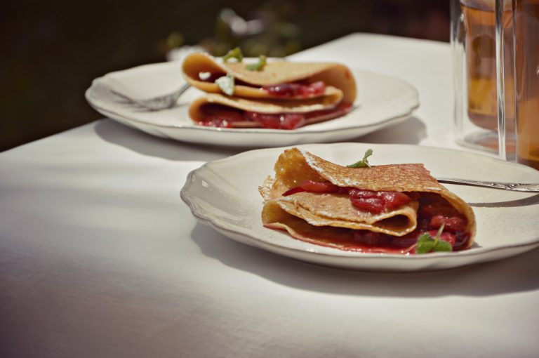 Riprendete le crepes, adagiatene una su un piatto a servire, farcitela con la salsa alle ciliegie, piegate in quattro e servite.