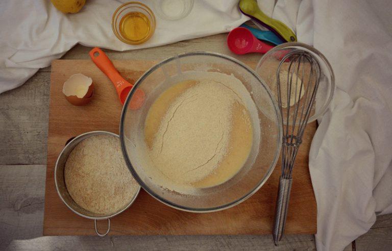 Sbattete l'uovo con una frusta a fili aggiungete il latte, l'estratto di vaniglia, lo zucchero e la farina a pioggia setacciata.   Otterrete un impasto liscio e senza grumi, coprite con la pellicola e fate riposare per circa 20 minuti