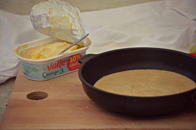 Riprendete l'impasto, mescolate e ponete sul fuoco un padellino antiaderente. Ungetelo con vallè e versate un quarto della pastella.  Cuocete le crepes due minuti per lato. Cuocete così le altre crepes, coprendole per mantenerle calde