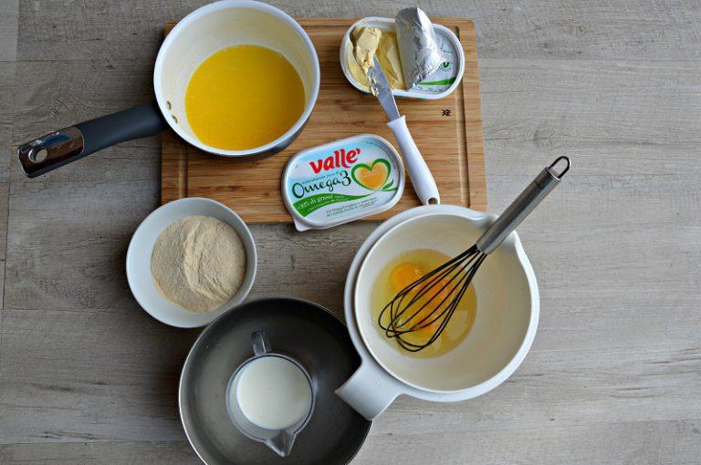 Sbattete le uova con il sale, diluite la farina con il latte e la margarina fusa tiepida, mescolando bene.