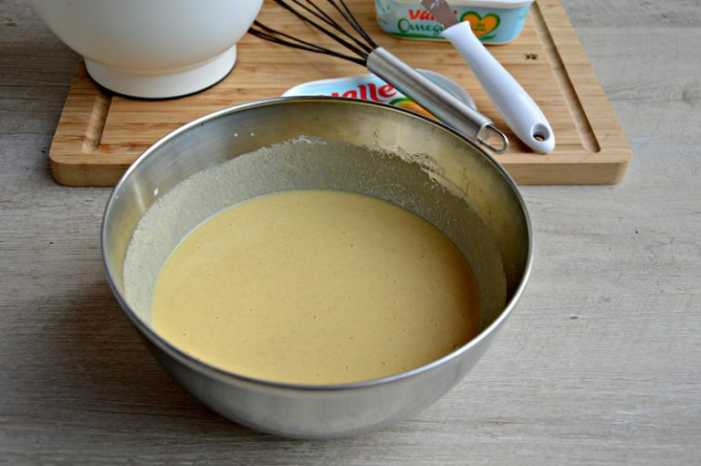 Aggiungete la pastella alle uova e sbattete per qualche istante, mettete da parte e fate riposare per un'ora.