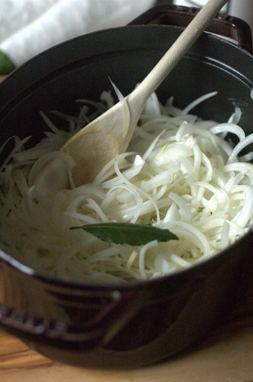 Per il saor, mondare le cipolle, tagliarle sottili e rosolarle a fuoco dolce con un filo di olio, spruzzarle con dell'aceto di vino bianco fino all'appassimento.