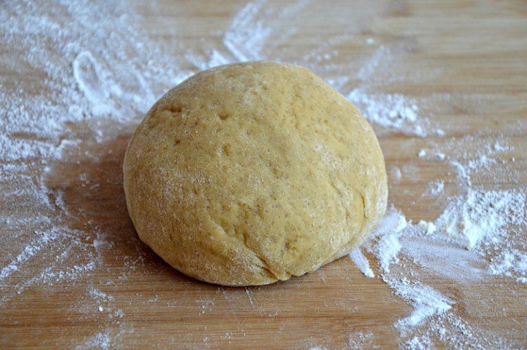 Impastate gli ingredienti per la frolla, a mano oppure in un robot, stendete l'impasto con un matterello spolverando il piano di lavoro con della farina di appoggio