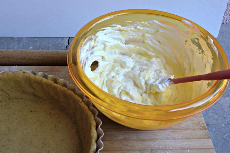 Mescolate il formaggio con l'uovo, bucherellate il fondo della crostata con i rebbi di una forchetta e versate il ripieno