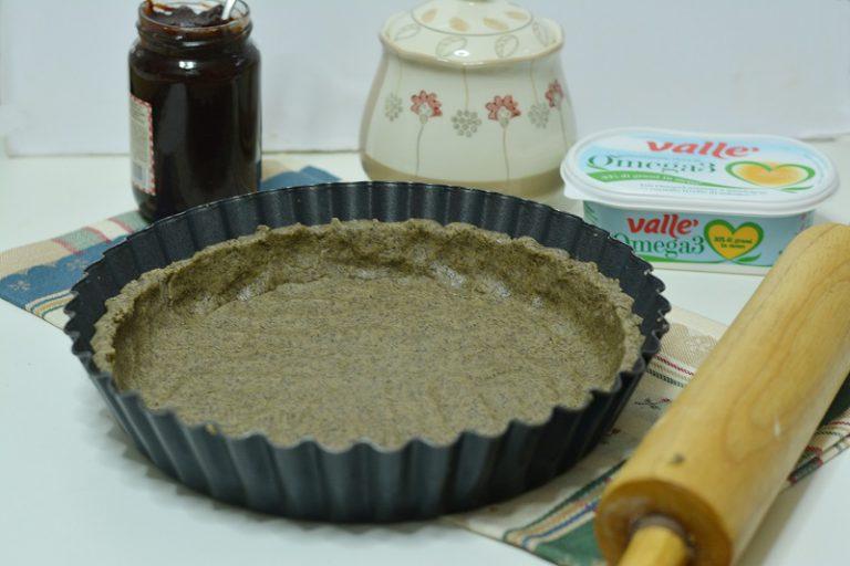 Impastare tuti gli ingredienti per la frolla: farine, Vallé, zucchero, uovo, vanillina e pizzicodi sale. Lasciar riposare in frigo per 30min. e poi rivestire uno stampo da crostata da 24cm di diametro