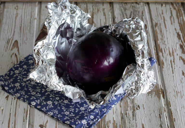 Lavate e asciugate bene la melanzana prima di avvolgerla con la buccia in alluminio da cucina.
