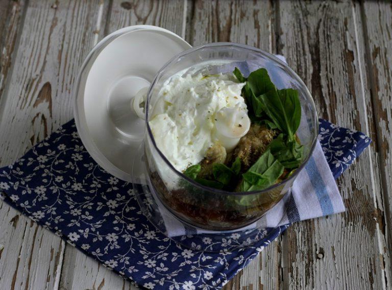 Frullate con il cucchiaio di olio, l'aceto, l'origano fresco e lo yogurt greco magro.