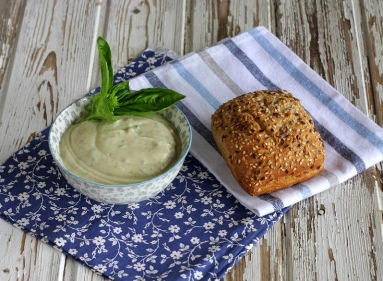 Aggiustate di sale e servite con fette di pane integrale tostato.