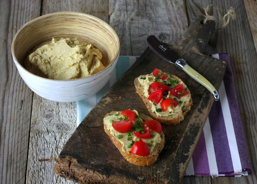 Hummus di ceci con pomodorini ed erba cipollina