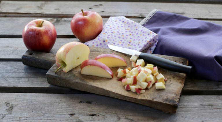 Lavate le mele, tagliatele a cubetti mantenendo la pelle
