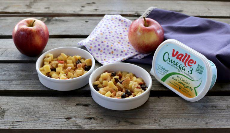 In stampi monoporzione mettete sul fondo la frutta e ricoprite con l'impasto sbriciolato.