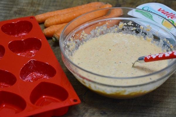 aggiungere alla farina, il latte, Vallé, zucchero e lievito, infine le nocciole e le carote