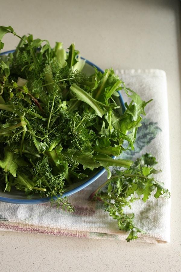 Lessare la verdura e saltarla velocemente in padella con un cucchiaino di Vallé e uno spicchio d'aglio.