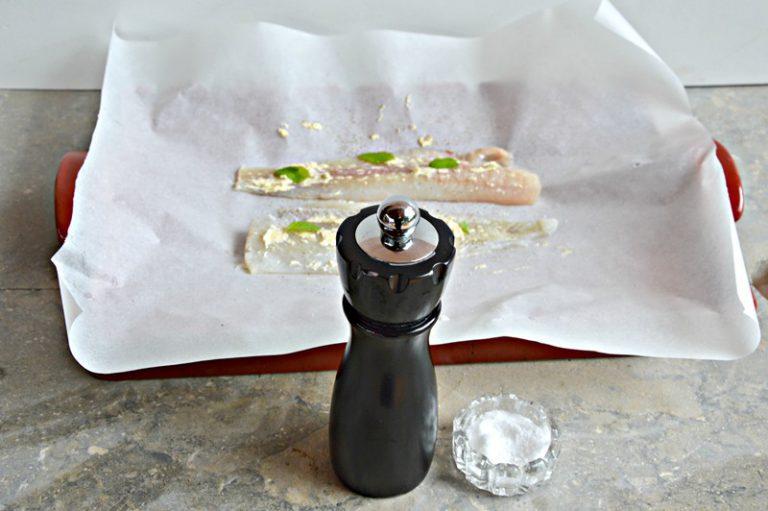 Tamponate filetti, con della carta da cucina, disponeteli  all'interno di 4 fogli di carta forno, spalmateli con la crema di margarina alla vaniglia, salate e pepate