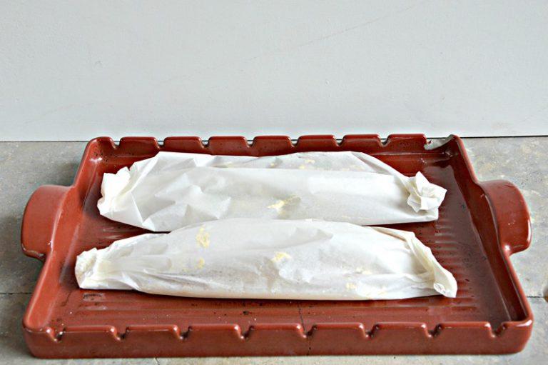 Chiudete i cartocci, poneteli su una placca da forno e infornate per circa 10-15 minuti.