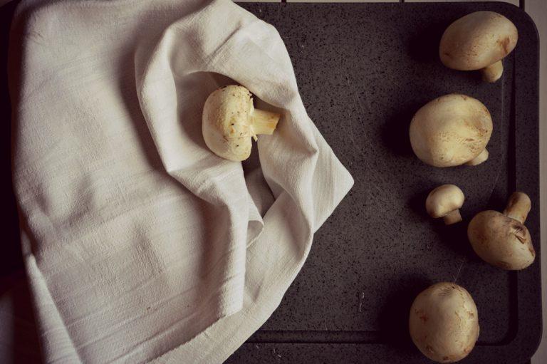 Pulite i funghi, eliminate parte del gambo terroso e con un panno pulito nettateli e affettateli.