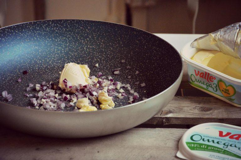 Tritate la cipolla con l'aglio, poneteli in una padella con valle' e il peperoncino intero o a fettine