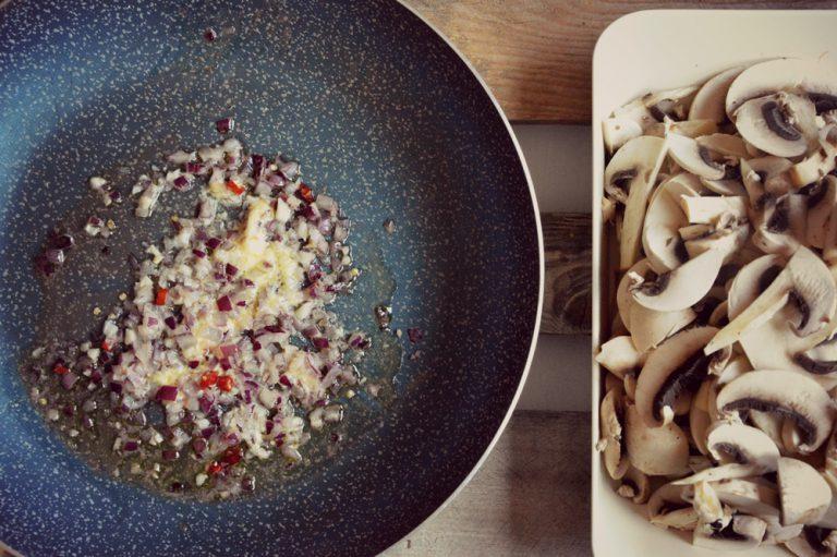 Appassite qualche minuto, unite i funghi affettati e cuocete pochi minuti, circa 10, salate.