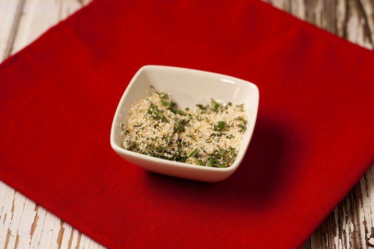 Mescolate il pangrattato con il parmigiano e la salvia tritata