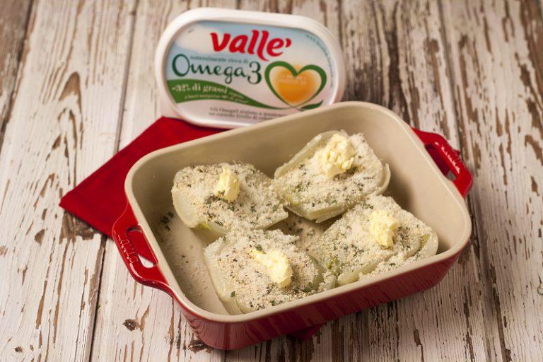 Tagliateli a metà, metteteli in una teglia da forno e cospargeteli di pangrattato aromatico e qualche fiocchetto di margarina Valle Omega 3. Aggiungete qualche foglia di salvia.