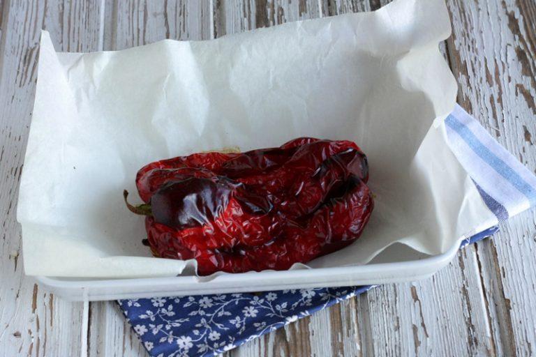 Cuocete il peperone in forno, lasciate leggermente raffreddare prima di togliere la pelle.