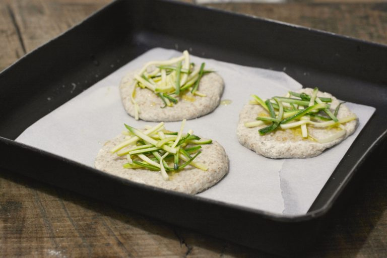 ricoprirle con le julienne di zucchine e lasciar lievitare per almeno 1 ora. Salare e irrorare con un filo di olio. infornare a 180° per 10min.
