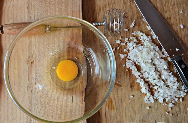 Aggiungete alle uova lo scalogno