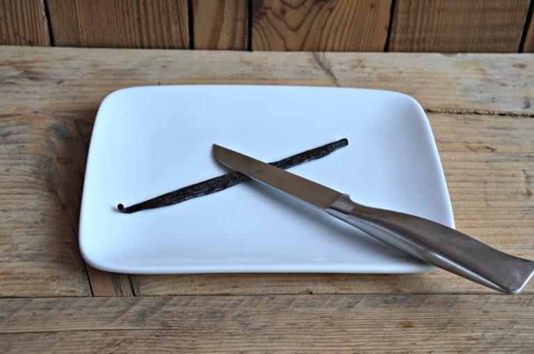Schiacciate con il dorso di un coltello il baccello di vaniglia e estraetene i semi aggiungendoli al latte