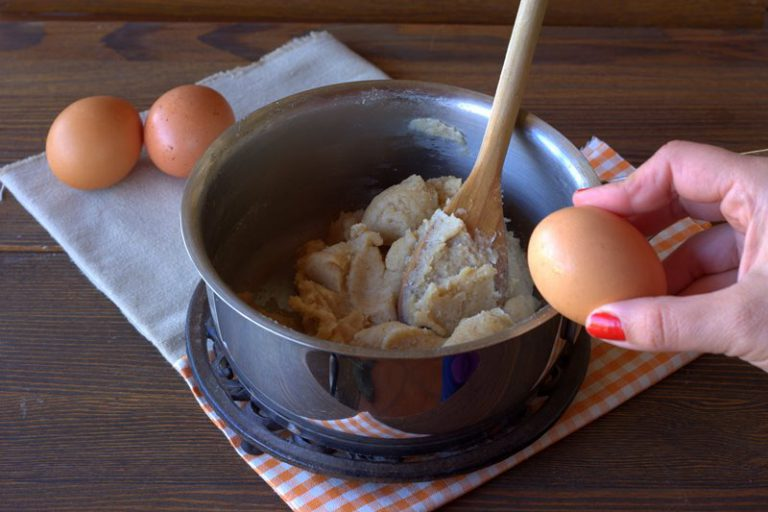 Rimettete la casseruola sul fuoco e mescolate fino a che la pasta non si stacca dai bordi.
