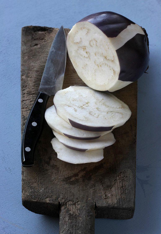 Tagliate le melanzane a fette e cospargetele di sale grosso, lasciatele scolare sotto un peso prima di grigliarle su di una piastra ben calda.
