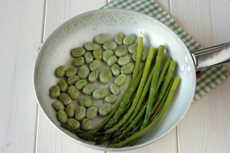 Cuocete a vapore gli asparagi e tagliateli a tocchetti, lessate le fave e fateli saltare con la margarina Valle Omega3.