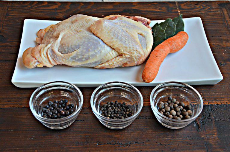 Disossate la gallina, eliminate la pelle. Tritate a coltello la polpa ne otterrete circa 240 g  e mettetela da parte