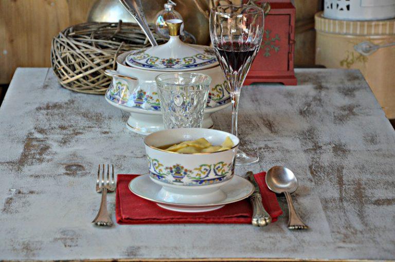 Filtrate il brodo, allungatelo se necessario, con dell'acqua, portatelo a bollore,  aggiustate di sale, cuocete gli agnolotti 3-4 minuti, servite in delle ciotole con il brodo e un quarto di grana grattugiato rimasto.