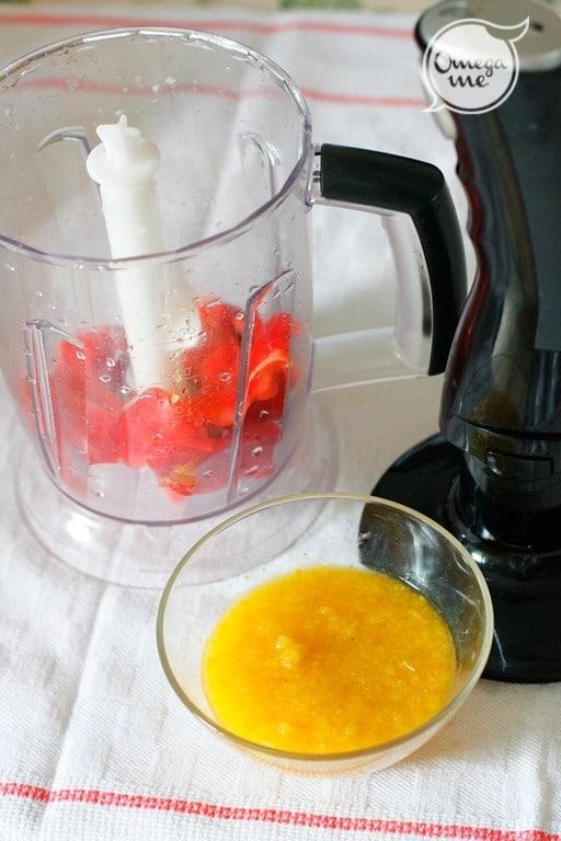 Frullare i peperoni e conservarli in due ciotoline separate.