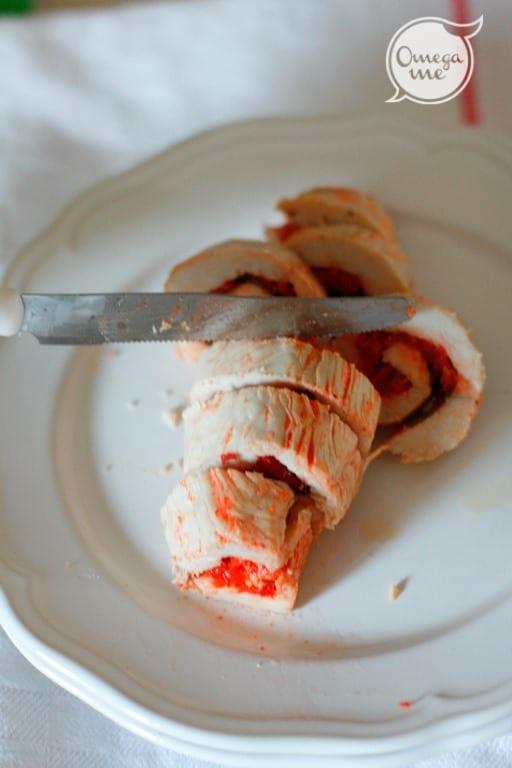 Spennellare al superficie del rotolino di pollo con la margarina ammorbidita per evitare che si secchi. Fate cuocere in forno per altri 10', fino a quando il pollo non sarà rosato. Tagliare i rotolini.