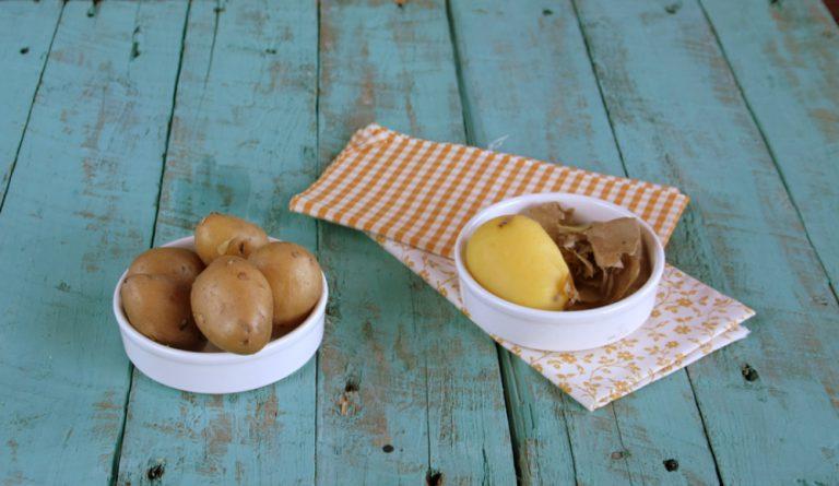 Lessate le patate con la loro buccia, scolatele, raffreddatele e pelatele.