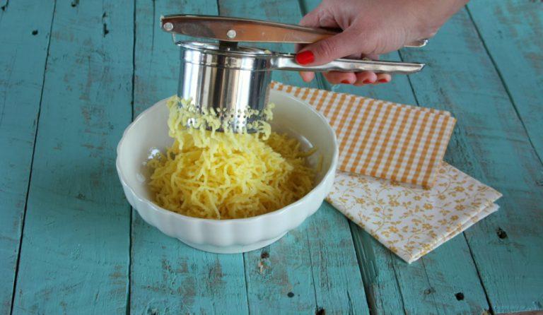 Passatele con uno schiacciapatate e mettete in una ciotola alle patate con la farina integrale, due pizzichi di sale ed il tuorlo d'uovo.