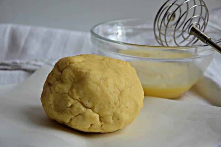 Mescolate con le mani e amalgamate gli ingredienti, fino a quando l'impasto non sarà compattoStendete l'impasto con un mattarello, tagliate delle strisce con un tagliapasta e modellatele con le mani per formare dei salsicciotti