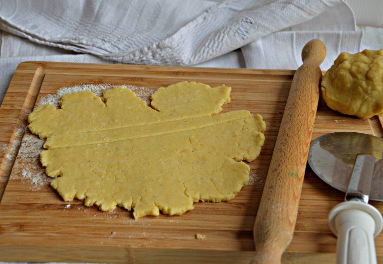 Ponete i salsicciotti su una teglia foderata con carta forno. Sbattete l'uovo e, con un pennello, distribuitelo sui grissini.