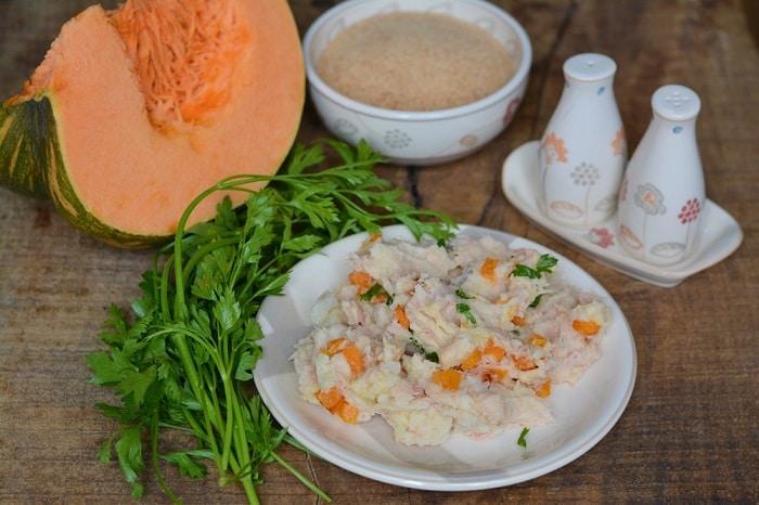 Schiacciare le patate, salare e pepare. Saltare in padella la zucca e aggiungerla alle patate, insieme al tonno. Aggiungere il prezzemolo tritato.