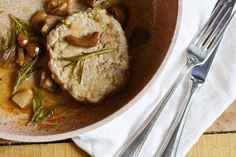 quando i funghi saranno cotti, aggiungere gli hamburger di pollo e il rosmarino fresco.  Lasciar cuocere fino a cottura ultimata.