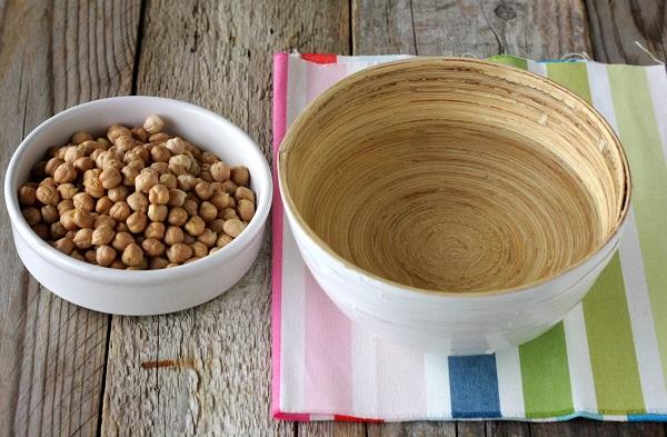 Ammollate i ceci secchi per almeno 12 ore in acqua con una punta di bicarbonato, sciacquateli e fateli cuocere per 45-50 minuti e pelateli singolarmente dalla pellicina.